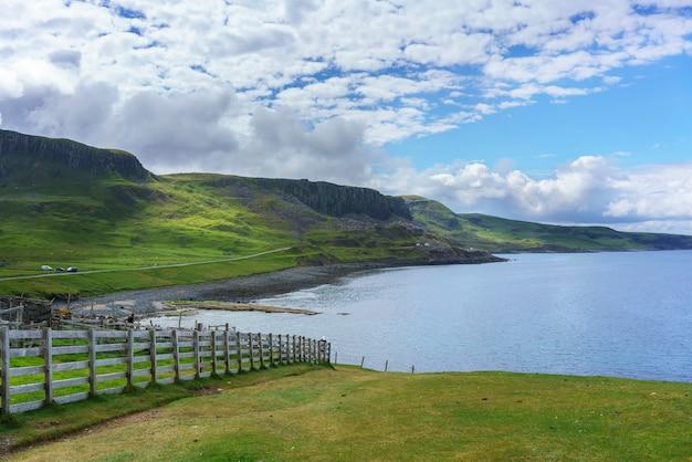 Belas paisagens ao redor do castelo de duntulm, o castelo em ruínas na costa norte de trotternish na ilha de skye no verão, na escócia