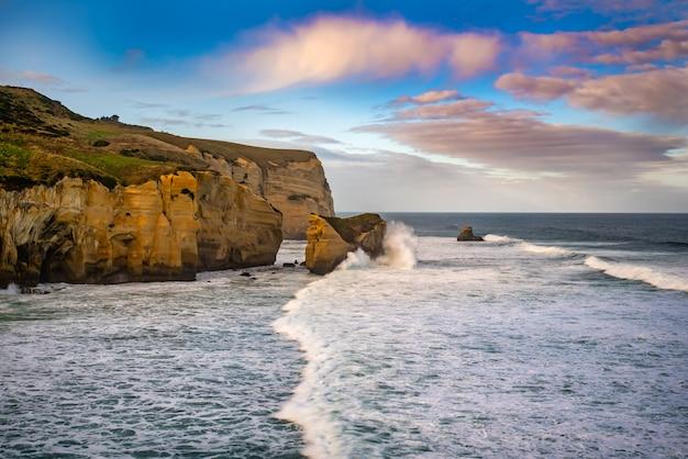 Belas paisagens costeiras na costa de tunnel beach