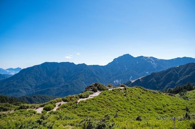 Belas paisagens da montanha verde e céu azul no pico principal de hehuanshan, parque nacional taroko, wuling, condado de nantou, taiwan