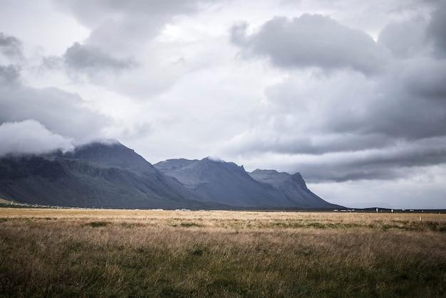 Belas paisagens das colinas e montanhas do campo, com lagos e planícies
