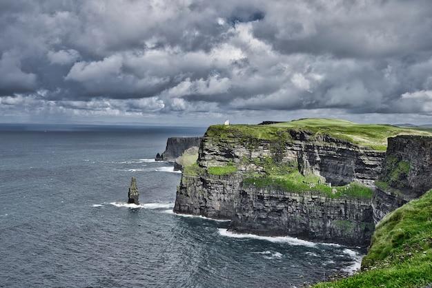 Belas paisagens das falésias da natureza e uma vista incrível do oceano