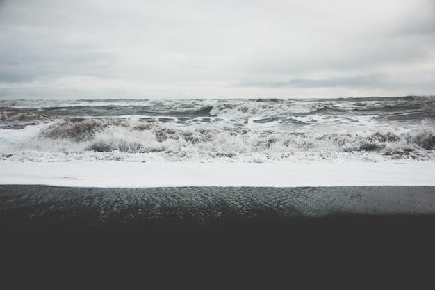 Belas paisagens das ondas do oceano forte incrível durante o tempo enevoado no campo