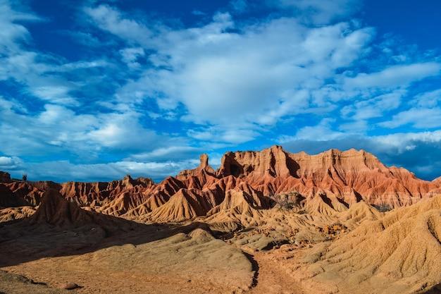 Belas paisagens das rochas vermelhas no deserto de tatacoa na colômbia sob o céu nublado