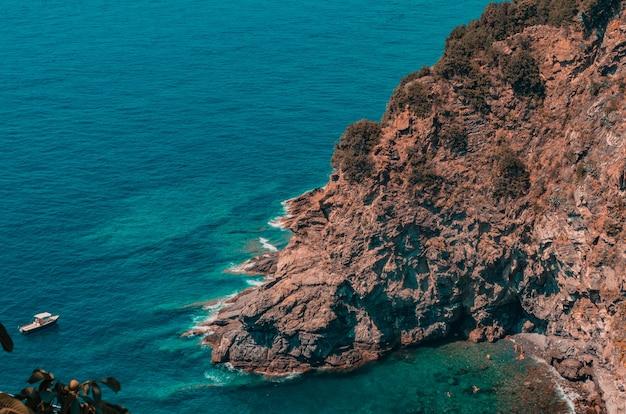 Belas paisagens de enormes formações rochosas perto do mar sob o céu nublado