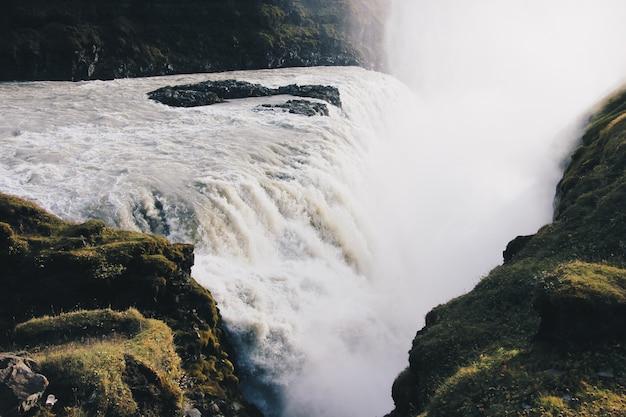 Belas paisagens de grandes cachoeiras incríveis e de tirar o fôlego na natureza