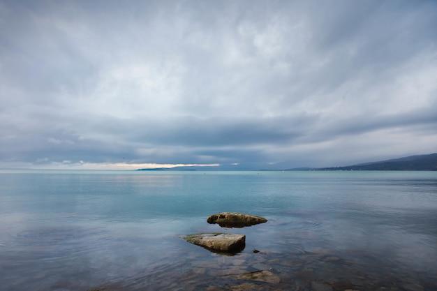 Belas paisagens de mar tranquilo e pedras na água