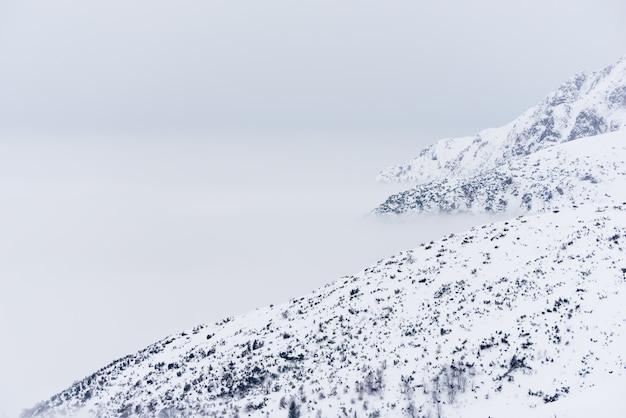 Belas paisagens de montanhas e montanhas nevadas brancas claras