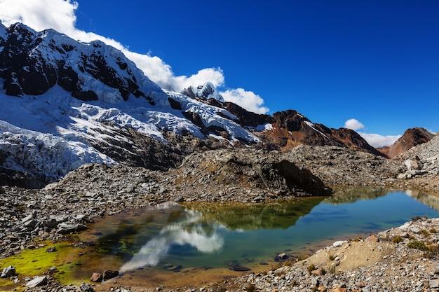 Belas paisagens de montanhas na cordilheira huayhuash, peru, américa do sul