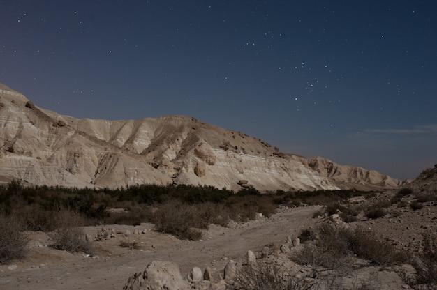 Belas paisagens de montanhas rochosas sob um céu estrelado