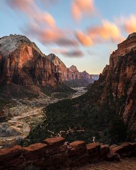 Belas paisagens de penhascos rochosos no parque nacional de zions ao pôr do sol