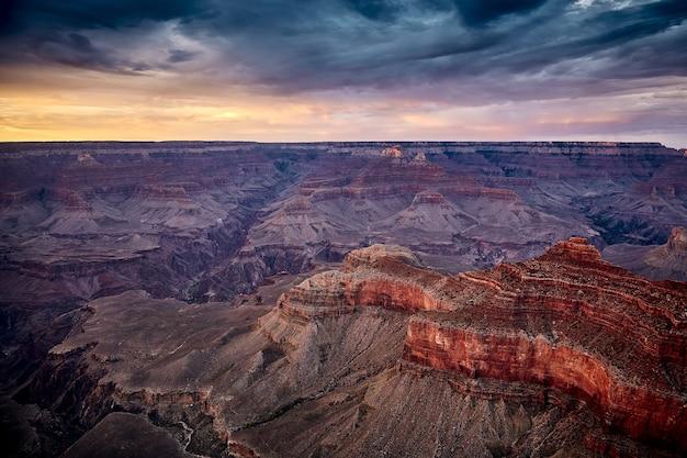 Belas paisagens de um desfiladeiro no parque nacional do grand canyon, arizona - eua