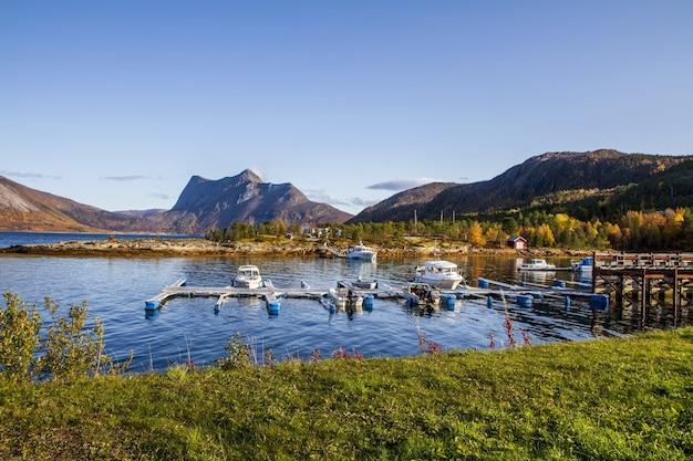 Belas paisagens de um lago e fiordes na noruega sob um céu azul claro