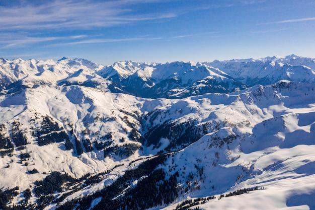 Belas paisagens de uma paisagem montanhosa coberta de neve na áustria