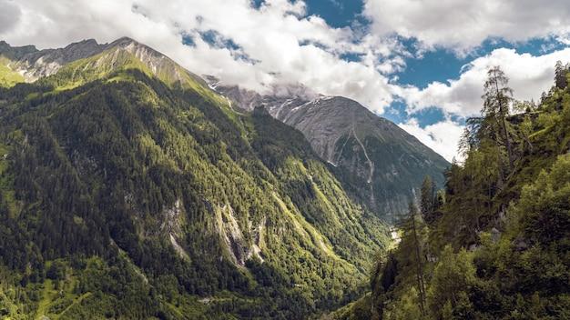 Belas paisagens de uma paisagem montanhosa coberta de neve sob um céu nublado