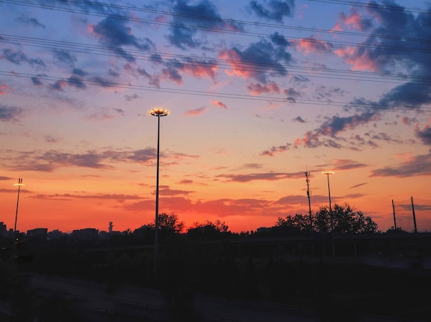 Belas paisagens do céu ao pôr do sol com nuvens coloridas sobre a paisagem urbana