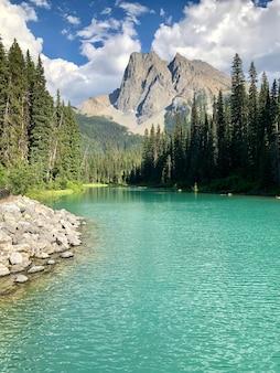 Belas paisagens do lago esmeralda no parque nacional yoho, colúmbia britânica, canadá
