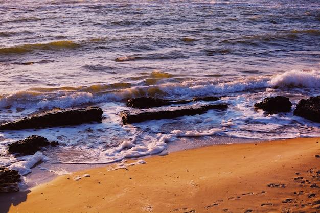 Belas paisagens do mar durante um incrível dia de sol na praia