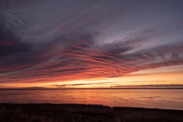 Belas paisagens do nascer do sol de inverno no leste da islândia