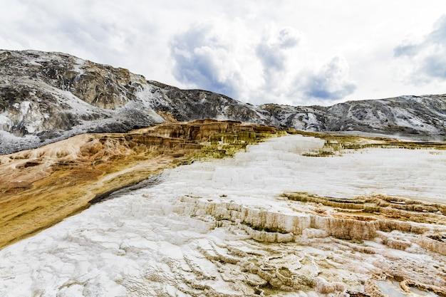 Belas paisagens do parque nacional de yellowstone nas nascentes dos estados unidos