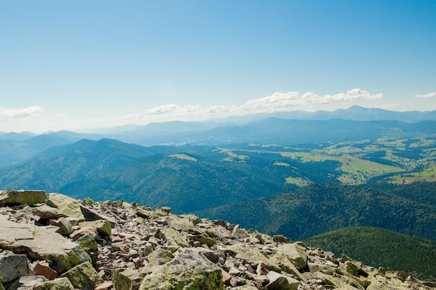 Belas paisagens montanhosas com os cárpatos ucranianos.