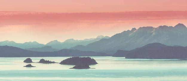 Belas paisagens montanhosas da patagônia. lago de montanhas na argentina, américa do sul.