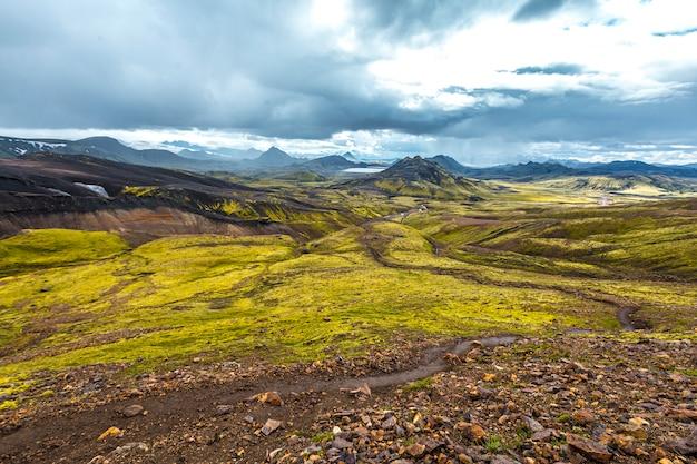 Belas paisagens na caminhada de 54 km de landmannalaugar, islândia