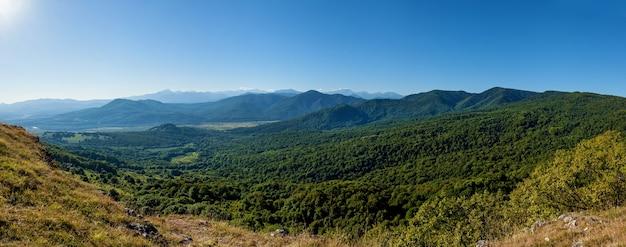 Belas paisagens nas altas montanhas verdes da adygea, os decks de observação do rio belaya