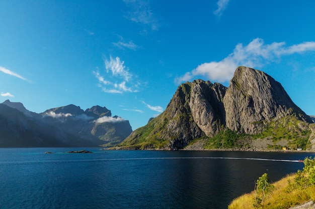 Belas paisagens nas ilhas lofoten, norte da noruega. temporada de verão.