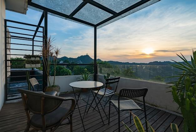 Belas paisagens naturais na varanda de uma villa no topo da montanha