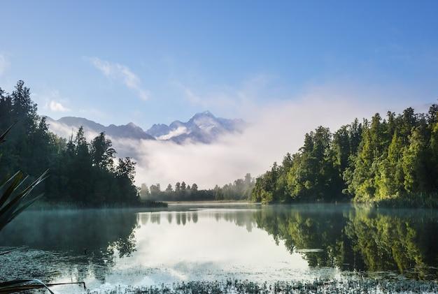 Belas paisagens naturais - reflexo do monte cook no lago matheson, ilha do sul, nova zelândia