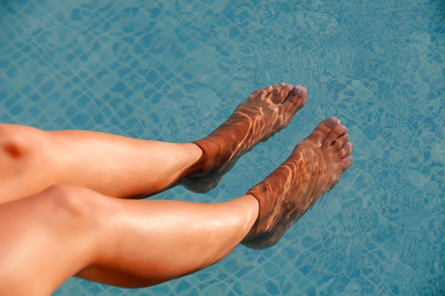 Belas pernas bronzeadas debaixo d'água