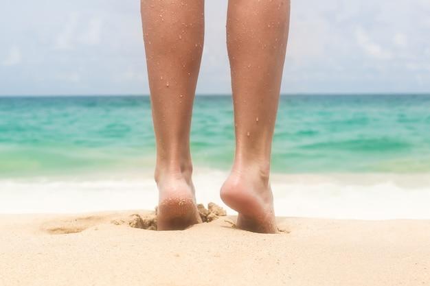 Belas pernas das mulheres na praia