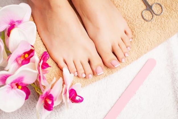 Belas pernas de uma mulher com uma pedicure fresca
