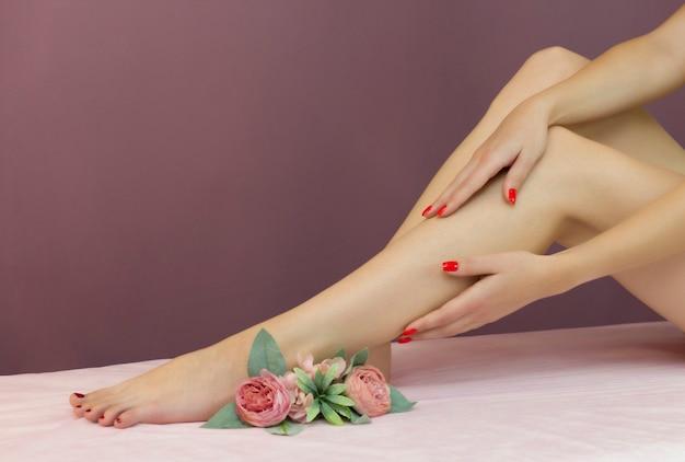 Belas pernas femininas bem tratadas. cuidado com os pés. depilação de pelos nas pernas.