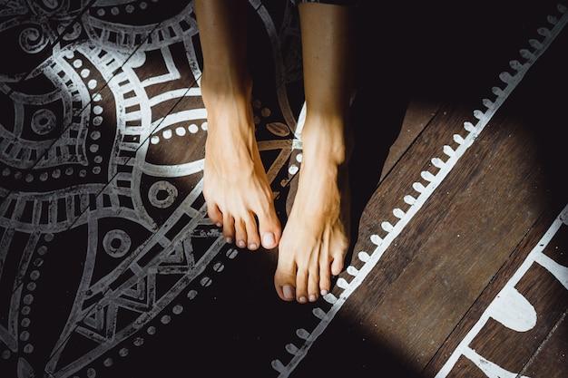 Belas pernas femininas bronzeadas