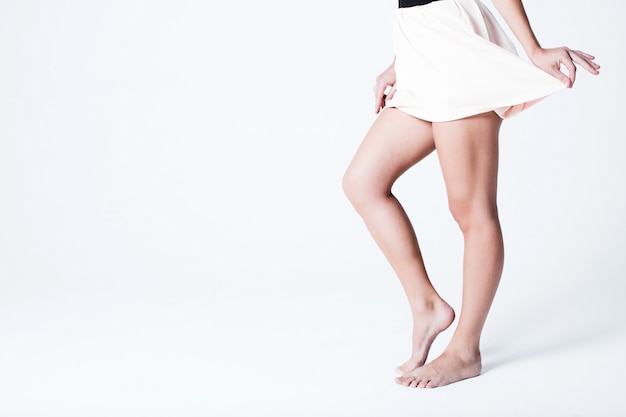 Belas pernas femininas com uma saia. beleza e saúde.
