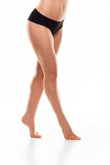 Belas pernas femininas isoladas no branco. conceito de beleza e fitness