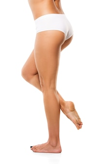 Belas pernas femininas isoladas no fundo branco.