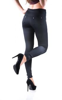 Belas pernas femininas magras de salto alto bege