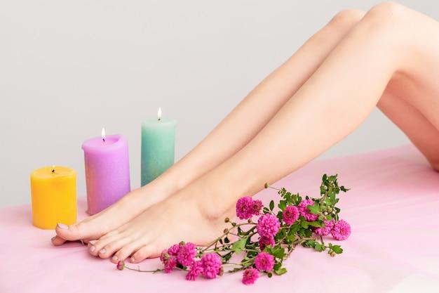 Belas pernas femininas no spa