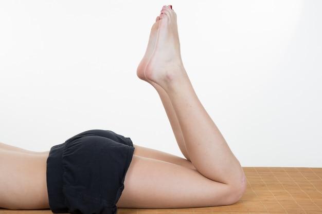 Belas pernas longas femininas deitado no branco