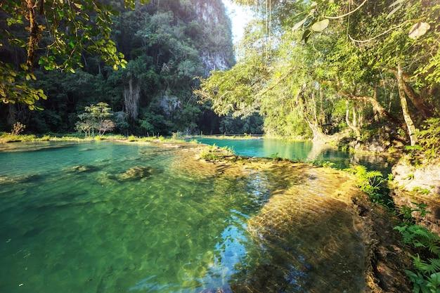 Belas piscinas naturais em semuc champey, lanquin, guatemala, américa central