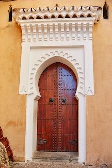 Belas portas de madeira nas ruas de marrocos