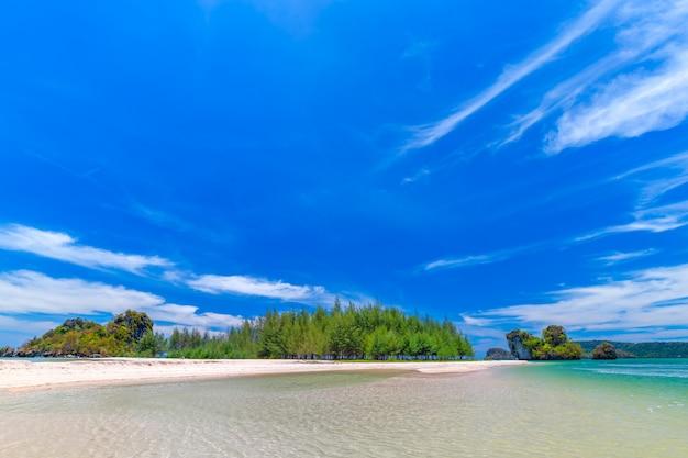 Belas praias de areia e vista para o pinheiro em paradise islandin krabi tailândia