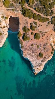 Belas praias do atlântico e falésias do algarve, portugal em um dia ensolarado de verão