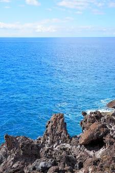 Belas rochas de paisagem marinha e horizonte do mar, fundo de foto natural, composição de copyspace