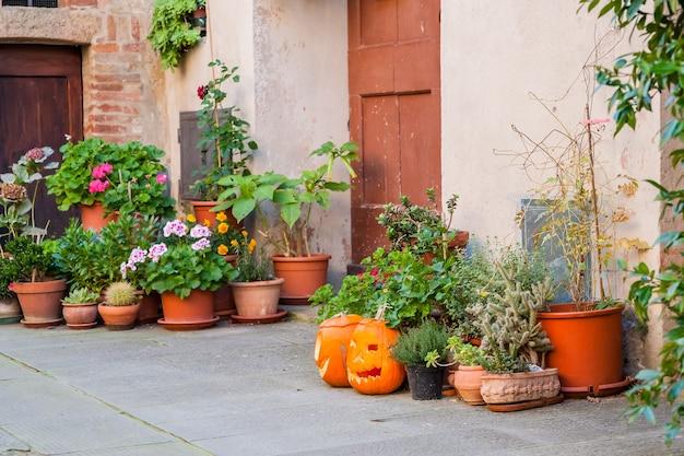 Belas ruas tranquilas de uma antiga cidade europeia na itália