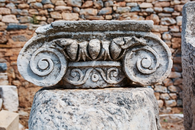 Belas ruínas da arquitetura urbana, decoração graciosa dos edifícios, partes das ruínas e ruínas da antiguidade antiga.