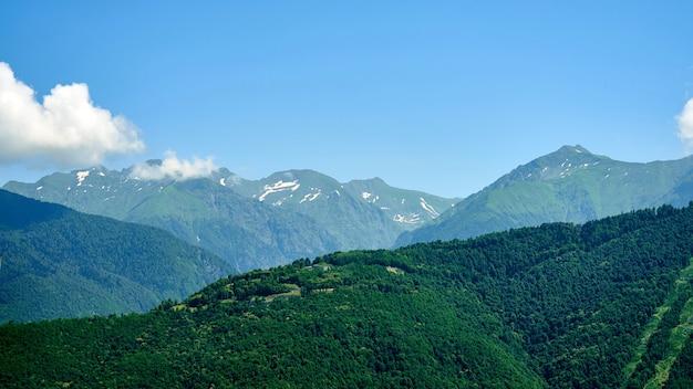 Belas vistas da montanha com grandes nuvens em sochi. krasnaya polyana.