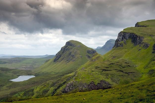 Belas vistas das colinas verdes velho de storr com seus lagos e mar. ilha skye. escócia
